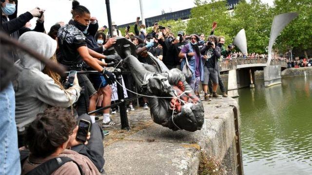Статую Эдварду Колстону в Бристоле в воскресенье протестующие утопили в реке