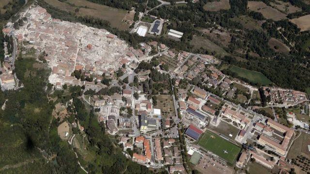 Havada çəkilmiş foto Amatrice şəhərinin dağılmış binalarını (solda) göstərir. 24 avqust, 2016