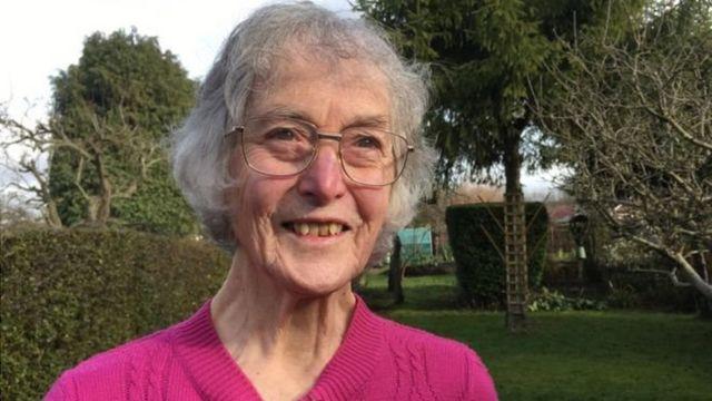 Janet Osborne espère pouvoir continuer à jardiner si sa perte de vision est stoppée.