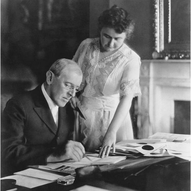 La primera dama Edith Wilson asiste al presidente Woodrow Wilson en su despacho en la Casa Blanca en 1920.