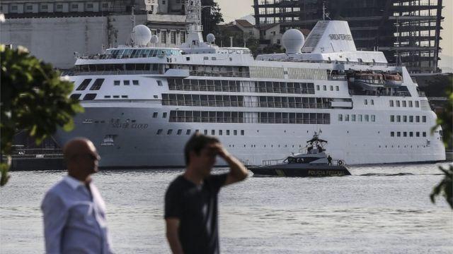 Lancha da Polícia Federal é uma das medidas de segurança adotadas ao redor do navio, que ainda conta com muro capaz de deter tiros de fuzil
