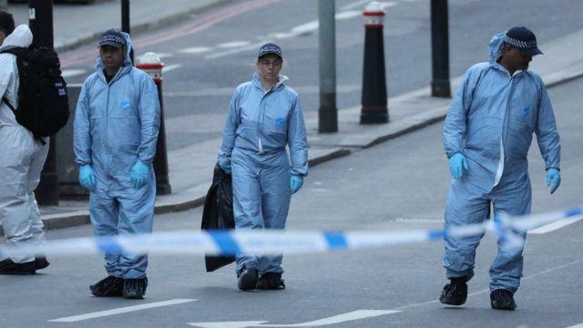 Forenses investigan la escena del crimen en el Puente de Londres.