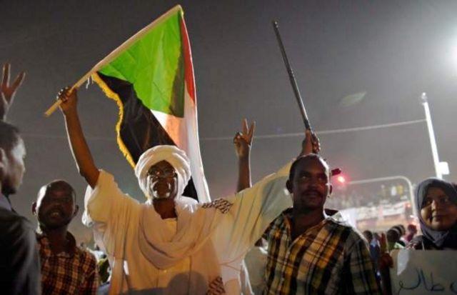 Демонстрант в чалме с флагом