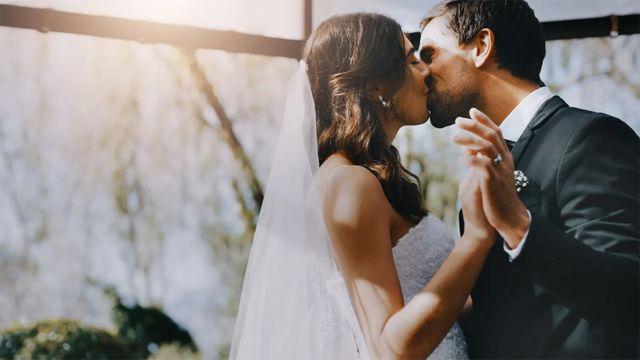 Una mujer y un hombre casándose