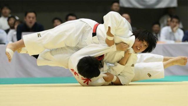 ဂျပန်နိုင်ငံယိုကိုဟားမားမှာကျင်းပတဲ့ ဂျပန်အမျိုးသမီးဂျူဒိုချန်ပီယံပြိုင်ပွဲမှာ ယှဉ်ပြိုင်နေတဲ့ အမျိုးသမီးနှစ်ဦး။