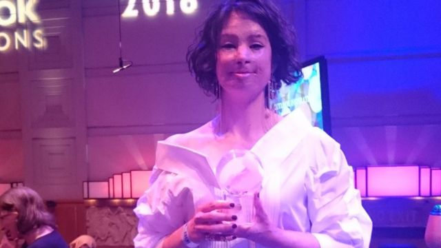 Natalia Ponce de León con el premio Outlook Inspirations