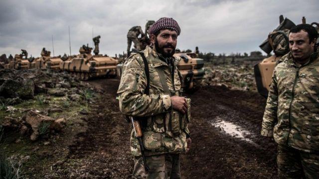 عناصر من الجيش الحر على الحدود السورية التركية في هاتاي التركية يستعدون للهجوم على عفرين إلى جانب الجيش التركي