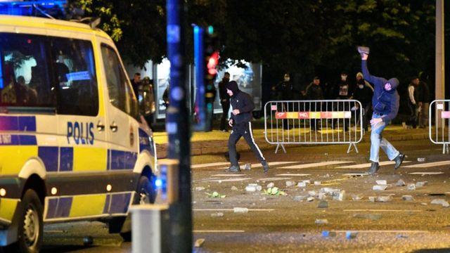 معترضان خشمگین به سوی پلیس و خودروهای اورژانس سنگ پرت کردند