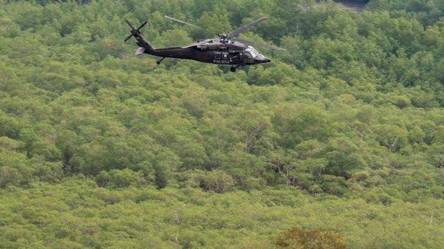 Un helicóptero sobrevuela cultivos de coca en el departamento de Nariño, Colombia.