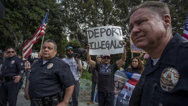 Grupos de personas a favor de las deportaciones en Estados Unidos