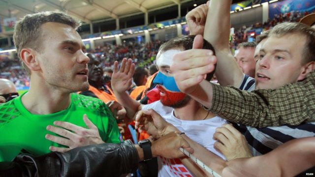 Вратарь Игорь Акинфеев объясняется с болельщиками сборной России после провального матча с Уэльсом на Евро-2016,