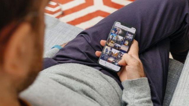Homem usa o celular