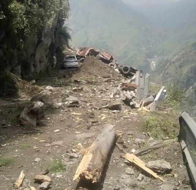 हिमाचल प्रदेश में पहाड़ दरकने से हादसा
