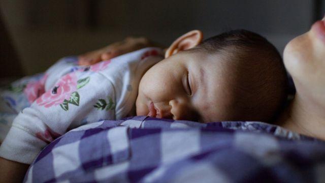 Bebé durmiendo con su mamá