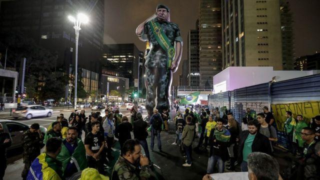 Manifestantes em São Paulo rodeiam boneco inflável que homenageia Mourão