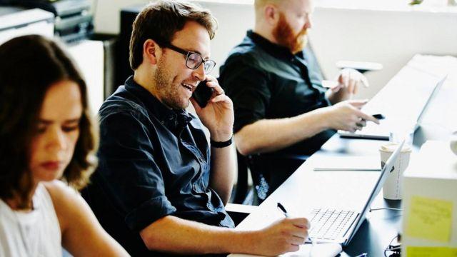 موظف في خدمة العملاء يستخدم الهاتف