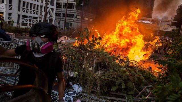 示威者四處縱火。