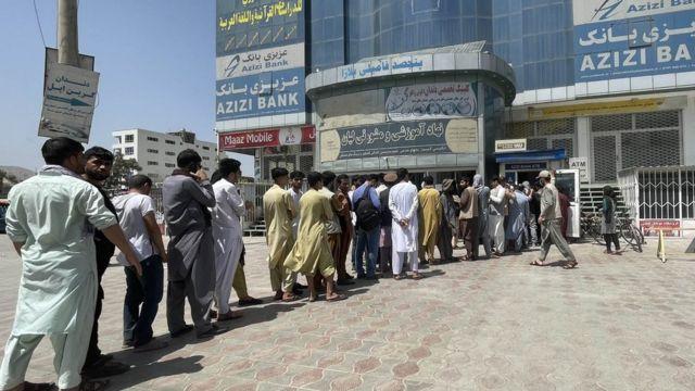 Afegãos fazem fila em banco para sacar economias