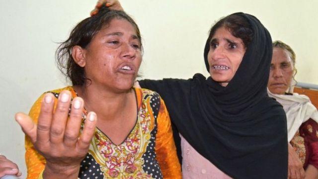 باكستانية تحاول مواساة وتهدئة امرأة فقدت أقارب لها في الحادث