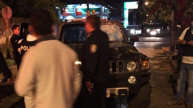 Polícia examina Hummer atacado