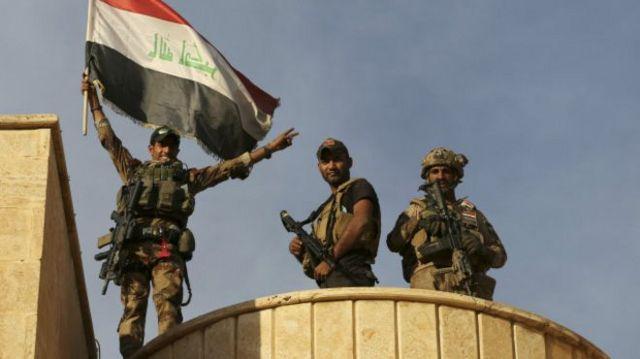 جنود عراقيين يحملون العلم العراقي في بعشيقة