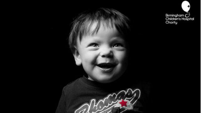 Thomas, que celebrou seus 4 anos num quarto de hospital, sorri