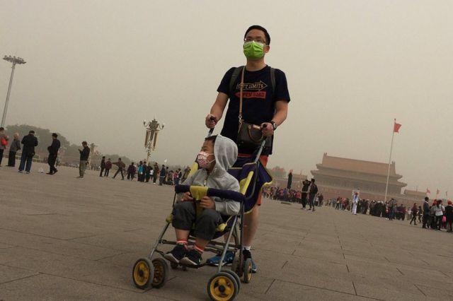 Toz qasırğasına baxmayaraq, Tyananmen meydanı həmişəki kimi seyrçilərsiz qalmayıb. Çin, 4 may 2017.