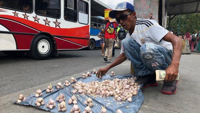 Hombre vendiendo ajos