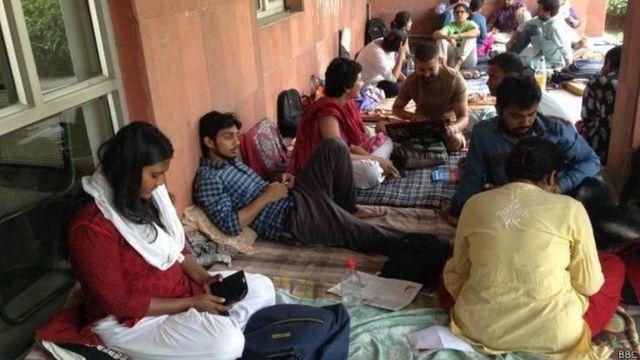 भूख हड़ताल के दौरान जेएनयू के छात्र