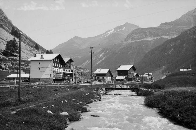 Godine 1939, planinska kuća (u sredini) bila je smeštena između Hotela de Savoja (drugi sleva) i Hotela de Doma