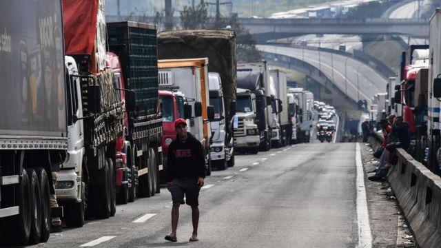 Fila de caminhões parados em rodovia