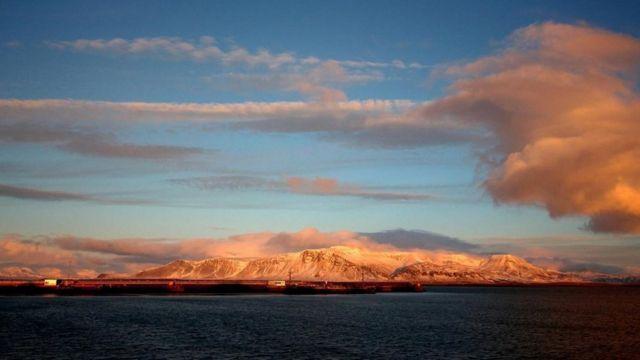 Una escena de montañas en Islandia