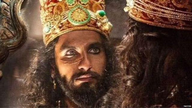 पद्मावती सिनेमात रणवीर सिंह हा अलाउद्दीनच्या भूमिकेत आहे.