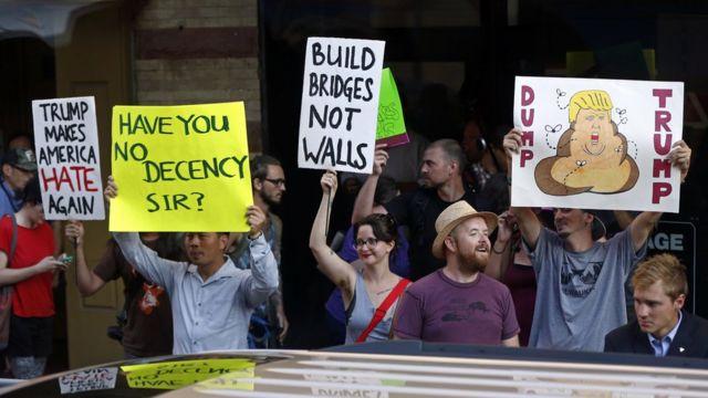 トランプ氏に抗議する人々