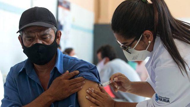 Homem recebe vacina no braço esquerdo