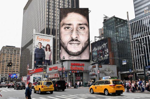 """耐克与科佩尼克(Colin Kapernick)合作的""""Just Do It""""30周年纪念活动广告在包括纽约在内的美国各地播出。"""