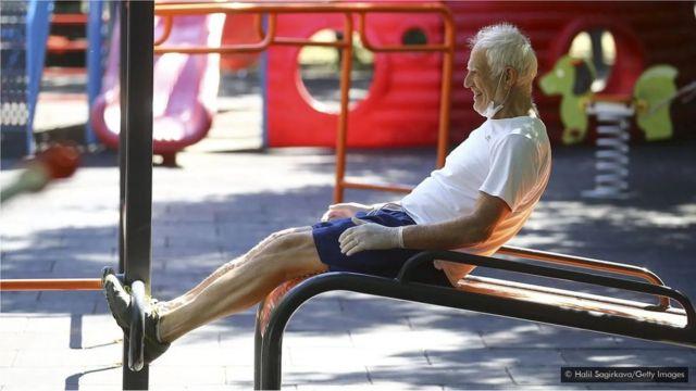 Malgré l'accent mis sur les solutions pharmaceutiques pour le vieillissement, certaines des meilleures stratégies comprennent des habitudes quotidiennes comme l'exercice physique