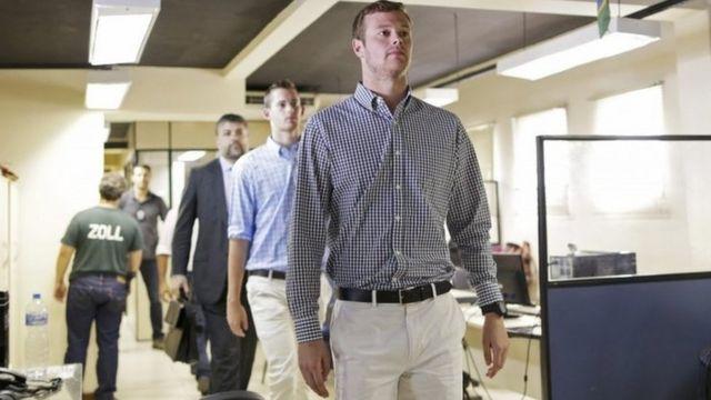 米国行きの飛行機から降ろされた後、警察署に連れてこられたガナー・ベンツ、ジャック・コンガー両選手(18日)