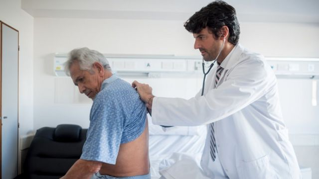Adulto mayor y médico