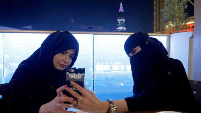 سعوديتان في مقهى