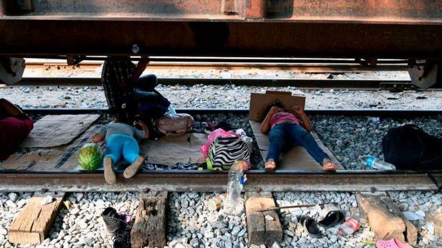 Niños migrantes durmiendo debajo de un tren en Chiapas.