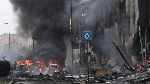 Место катастрофы частного самолета в Милане