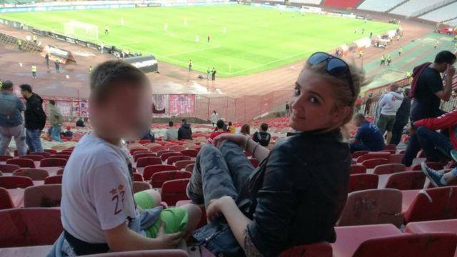 Studentkinja sa štićenikom na utakmici