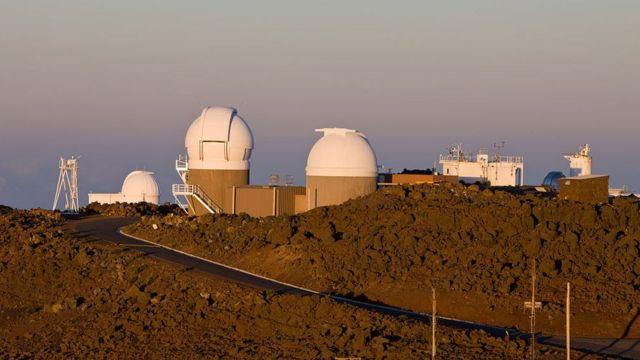 Telescópios em cima de montanha no Havaí
