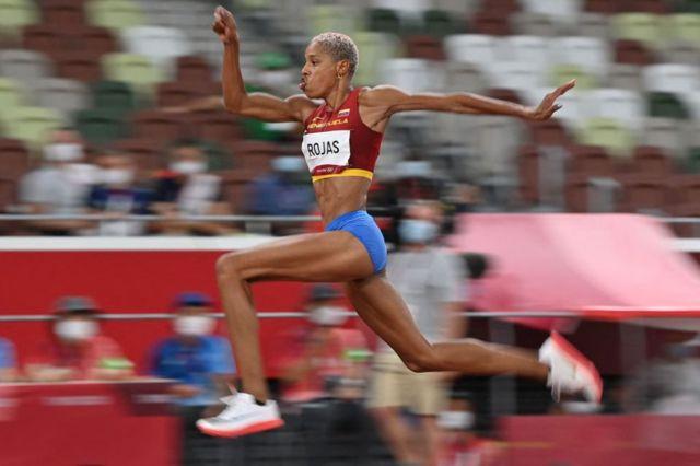 Tokio: Yulimar Rojas gana oro para Venezuela en salto triple femenino y bate el récord olímpico y mundial - BBC News Mundo