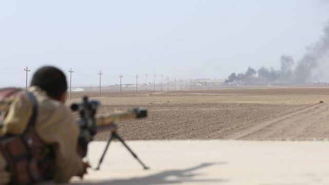 جندي عراقي يراقب تصاعد الدخان من مواقع لتنظيم الدولة الإسلامية جنوب غربي الموصل