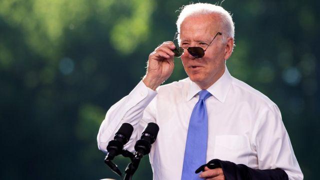 Biden le obsequió un par de gafas de sol de modelo aviador a Putin.