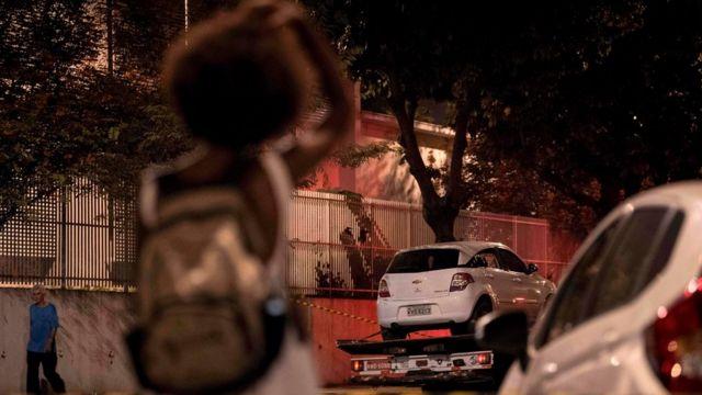 Carro da vereadora Marielle Franco retirado do local do seu assassinato pela polícia