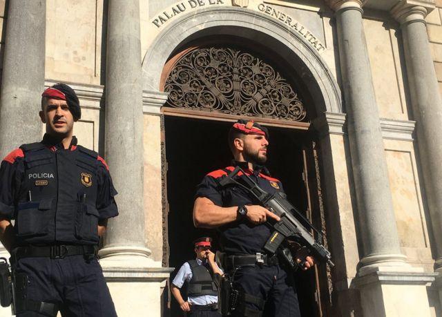 پلیس کاتالونیا که موظف به حفظ امنیت دولت محلی است همزمان از سوی دولت مرکزی به مقابله با برگزاری همهپرسی موظف شده است