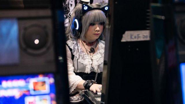 Una joven jugando a un videojuego en Hong Kong